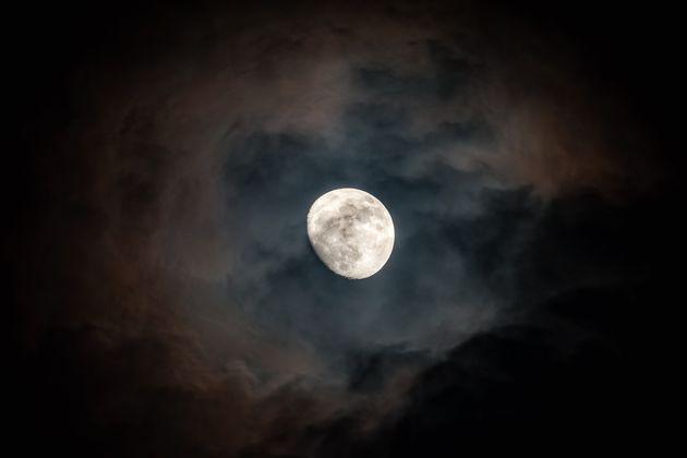 Sur la lune, l'eau est piégée au fonds de cratères situés près des...