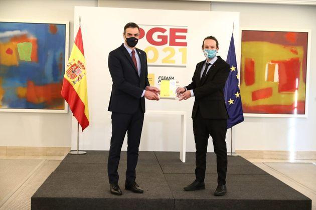 El presidente del Gobierno, Pedro Sánchez, y el vicepresidente segundo, Pablo Iglesias, presentan los...