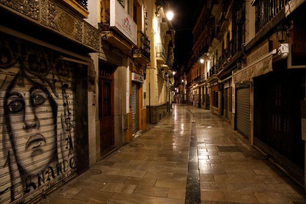 Una calle de Granada, vacía por el toque de