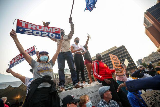 トランプ大統領が出演している生番組の収録場所近くで、支持者と抗議者が衝突した(2020年9月15日)