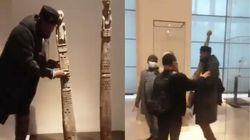Au Louvre, un activiste panafricain tente de voler une sculpture