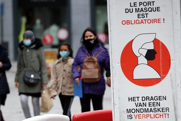 Des passants portant le masque dans les rues de Bruxelles le 27 octobre alors que la Belgique a mis en place de nouvelles restrictions face à la COVID-19.