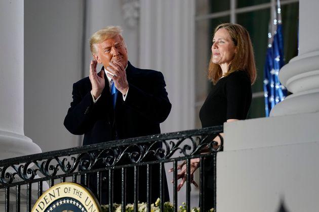 ΗΠΑ: Διορίστηκε στο Ανώτατο Δικαστήριο η Έιμι Κόνι Μπάρετ - Πανηγυρίζει ο