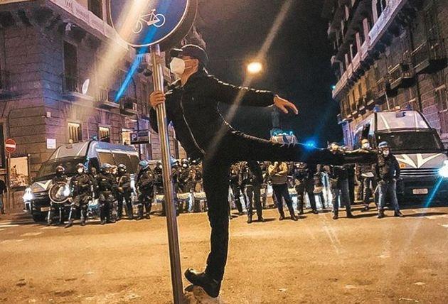 Il ballerino immortalato durante le proteste a