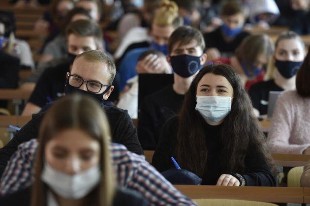 Les présidents d'université prônent la suspension des cours en amphis face à...