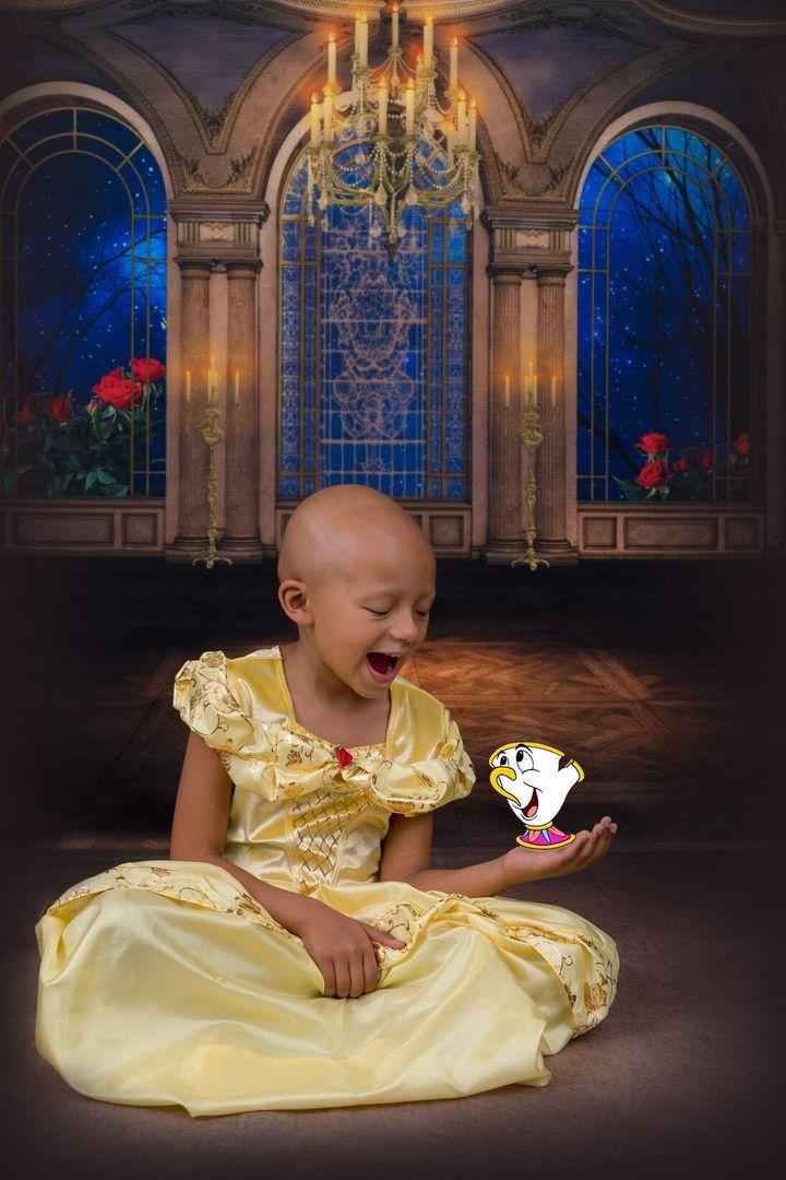 Arianna Taft, une fillette de 5 ans atteinte d'un cancer du rein, habill&eacute;e en Belle de&nbsp;<i>La Belle et la B&ecirc;te</i>.