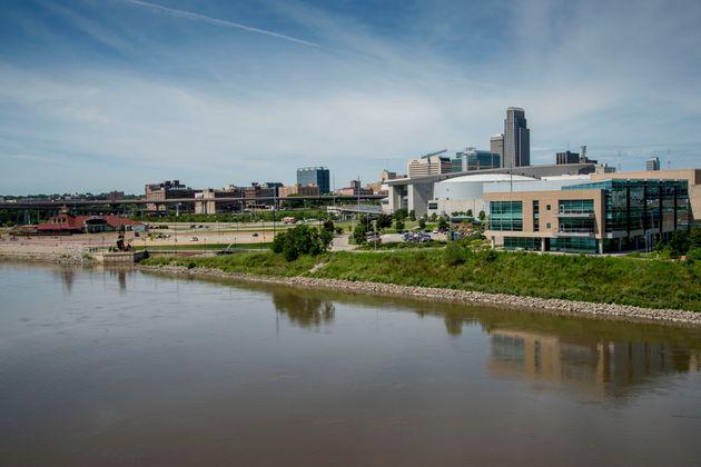 El horizonte de Omaha visto sobre el río Missouri.  El 2do Distrito del Congreso que incluye la ciudad ...