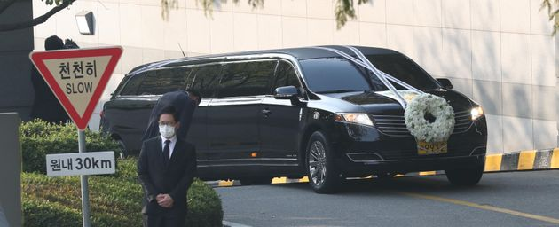 28일 오전 고 이건희 삼성전자 회장의 운구차량이 서울 일원동 삼성의료원 장례식장을 빠져나오고
