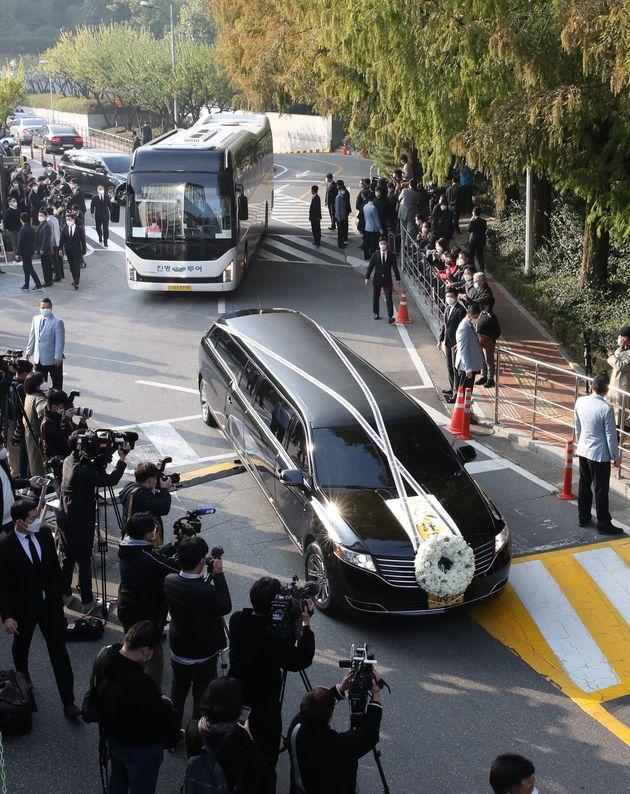 故 이건희 삼성그룹 회장 발인식이 열린 28일 오전 서울 강남구 삼성서울병원 장례식장에서 고인의 운구차량이 이동하고