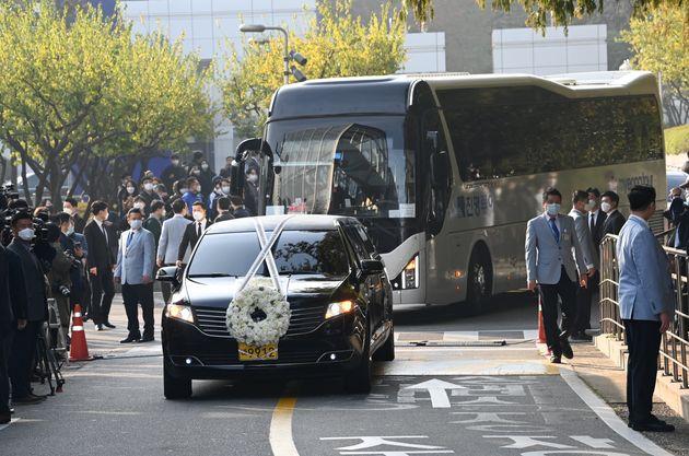 故 이건희 삼성그룹 회장 발인식이 28일 오전 서울 강남구 삼성서울병원 장례식장에서 열렸다. 운구차가 장례식장을 빠져나오고