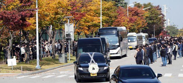 고(故) 이건희 삼성그룹 회장의 운구차량이 28일 경기도 화성사업장에서 직원들과 마지막 인사를 하고