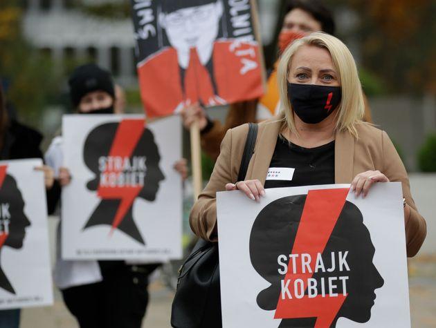 폴란드에서 태아 선천성 결함으로 인한 낙태는 위헌이라는 대법원 판결이 나온 이후 전국적인 대규모 시위가 이어지고 있다.슬로건에는 '여성의 파업'이라고 적혀 있다.