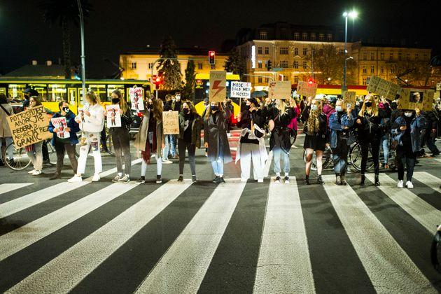 사람들이 2020년 10월 26일 폴란드 바르샤바에서 열린 헌법재판소의 최근 판결에 반대하는 시위에 참가하고