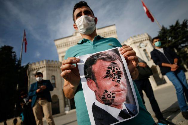Διασπείρουν ρατσισμό και μίσος-Η Τουρκία καταδικάζει τα σκίτσα του Charlie Hebdo με τον