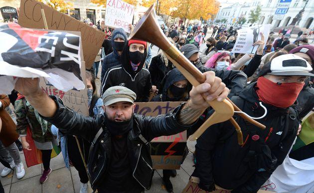 10월 25일 폴란드 바르샤바의 한 교회에서 시위대가 폴란드의 낙태법을 강화한 것에 대해 항의하고