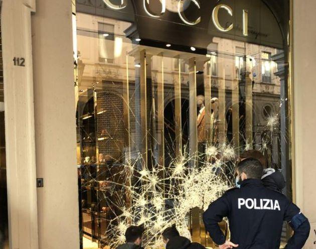 """Negozio Gucci distrutto a Torino. Il gestore: """"Danno grave. Ogni vetrina costa 10mila euro"""""""