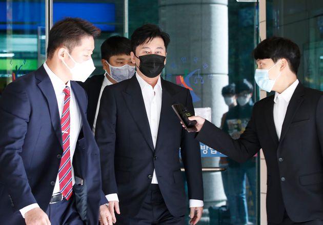 해외에서 수억원대 원정도박을 한 혐의를 받는 양현석 전 YG엔터테인먼트 대표가 28일 오후 서울 마포구 서울서부지방법원에서 열린 두번째 공판을 마치고 법원을 나서고
