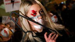 폴란드 시민들이 '철제 옷걸이' 들고 시위에 나선 이유