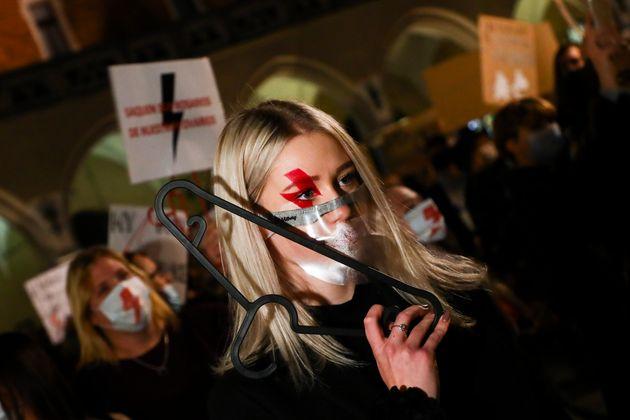 낙태 제한법을 강화한 법원 판결에 반대하는 시위가 10월 27일 폴란드 크라쿠프에서