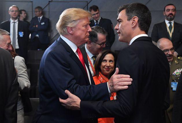Pedro Sánchez saluda a Donald Trump en la cumbre de la OTAN celebrada en Bruselas en julio de