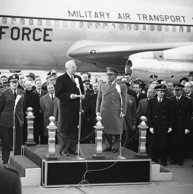 Dwight Eisenhower interviene ante Francisco Franco, a su llegada a la base de Torrejón, el 21...