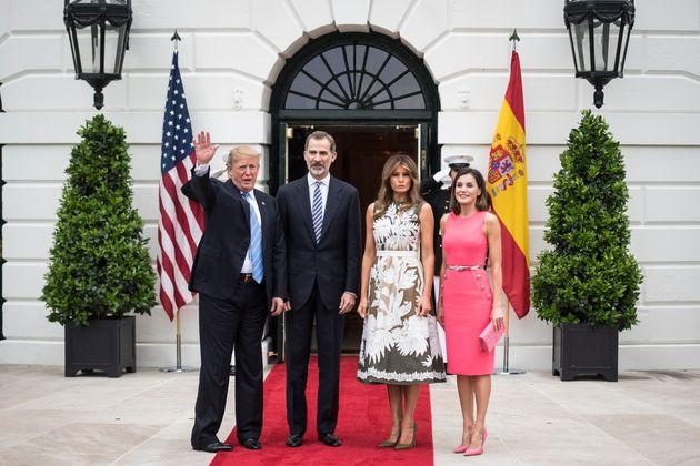 Donald Trump y su esposa, Melania Trump, reciben a los reyes de España, Felipe y Letizia, en la...