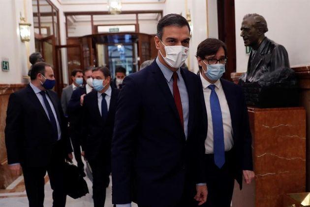 El presidente del Gobierno, Pedro Sánchez, y el ministro de Sanidad, Salvador Illa, este miércoles 28...