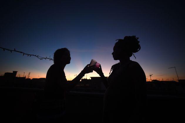 Dos jóvenes brindan en