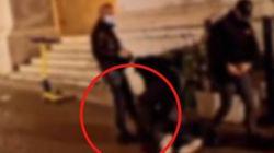 Parma, poliziotto dà calcio in faccia a un manifestante bloccato a terra da un altro agente