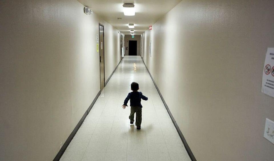 Sur cette photo prise en 2018, un petit garçon originaire d'Amérique centrale, en provenance d'un centre...