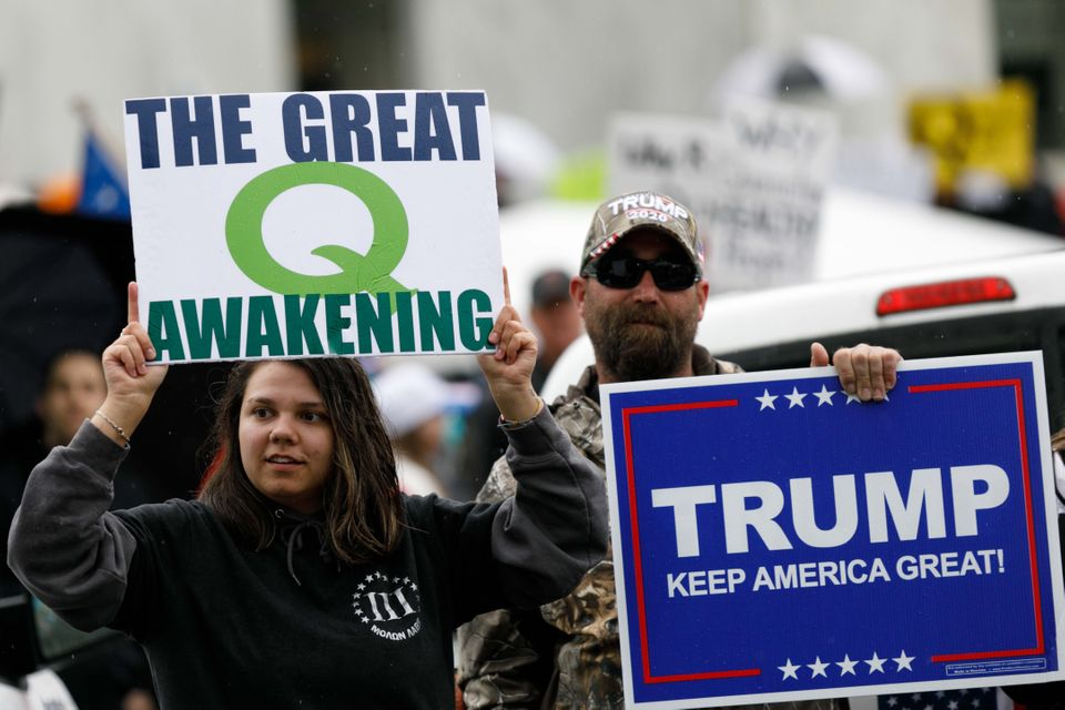 Des complotistes de QAnon brandissent des pancartes lors d'une manifestation au capitole de Salem...