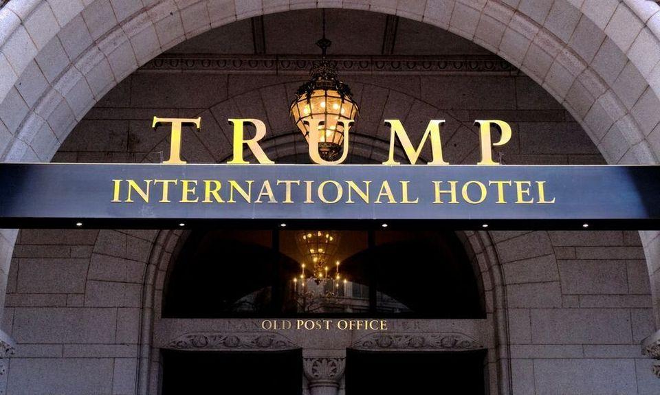 Trump a continué à promouvoir et à se rendre dans ses propriétés, les utilisant pour sa campagne et les...