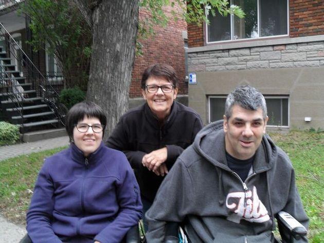 Danielle Gaudet, au centre, et ses deux enfants, Marie-Josée et