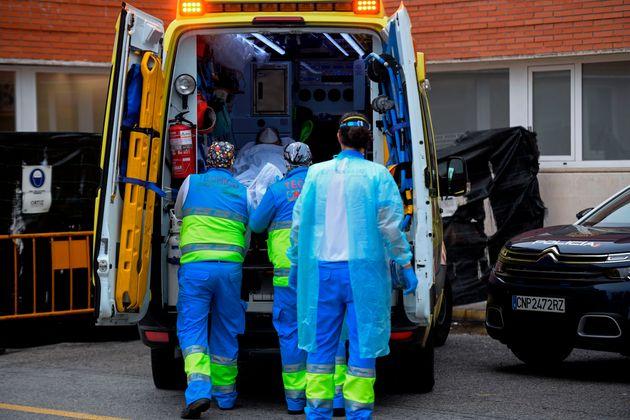 Varios sanitarios trasladan a un paciente de coronavirus al hospital 12 de Octubre de Madrid, el 28 de