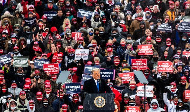 ミシガン州で演説するトランプ大統領と聴衆(2020年10月27日)