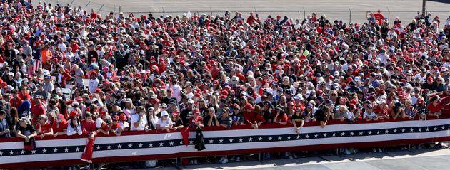 トランプ大統領の到着を待つアリゾナ州の演説会場(2020年10月28日)