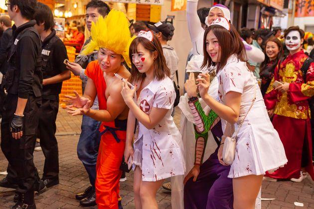 지난 2018년 일본 도쿄에서 핼러윈 코스튬 파티를 즐기는 사람들의 모습. 기존 간호사 복장을 타이트하게 바꾼 '코스튬' 의상을 입고