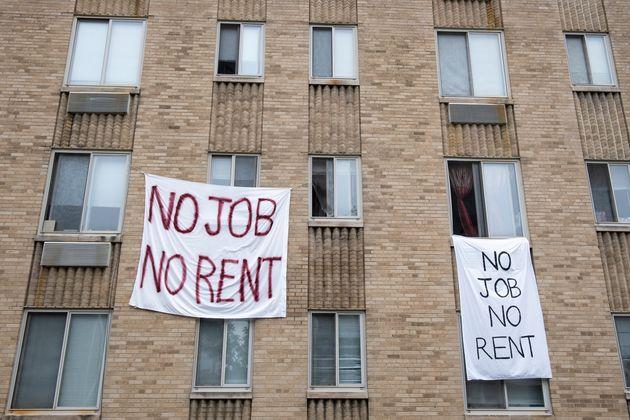 Carteles en un apartamento en Northwest Washington rechazando el pago del alquiler ante la falta de