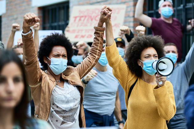 Dos mujeres afroamericanas participando en una manifestación contra el supremacismo blanco en