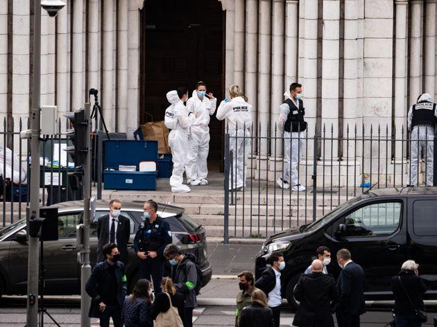 Des membres de la police scientifique devant l'église Notre Dame à Nice le 20 octobre 2020...