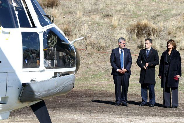 Oliver, Bolaños y Delgado, junto al helicóptero en la exhumación de