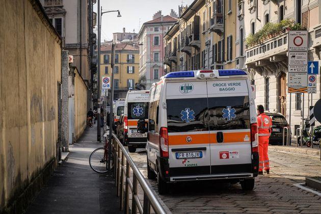 Ambulanze in coda al pronto soccorso dell'Ospedale Fatebenefratelli a Milano, 29 ottobre
