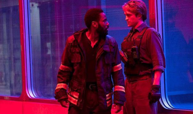 John David Washington e Robert Pattinson em cena de
