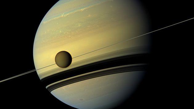 Κάτι «περίεργο» ανακαλύφθηκε στον Τιτάνα, δορυφόρο του