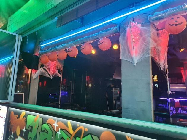 29일 서울 용산구 이태원의 한 술집에 호박 모형이 걸려있다. 이 가게에는 손님이 단 한 명도