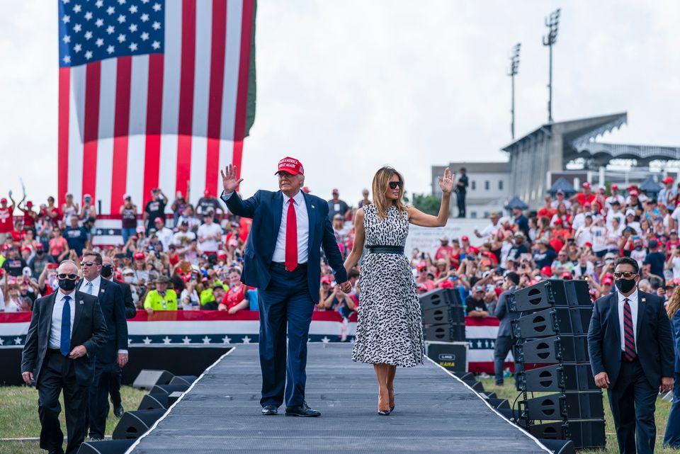 함께 유세에 나선 트럼프 대통령과 멜라니아 여사가 레이먼드 제임스 스타디움 앞에서 열린 유세를 마치고 지지자들에게 손을 흔들고 있다. 탬파, 플로리다주. 2020년