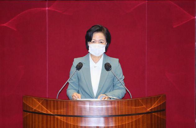 추미애 법무부 장관이 29일 서울 여의도 국회에서 열린 본회의에서 더불어민주당 정정순 의원 체포동의안에 대해 설명하고