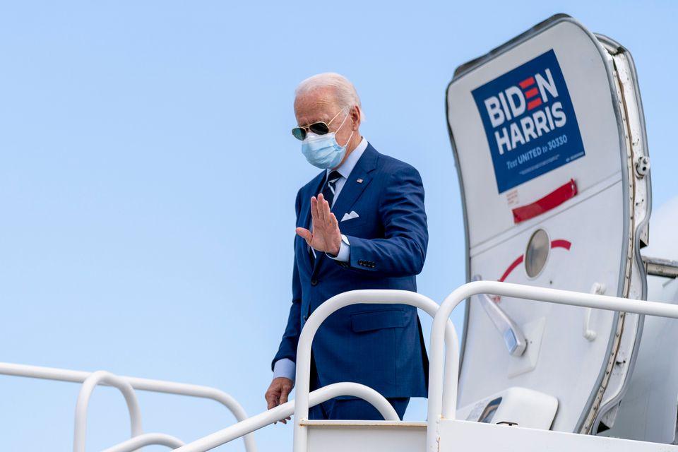 민주당 조 바이든 후보가 플로리다주 유세 일정을 위해 포트로더데일국제공항에 도착하고 있다. 2020년
