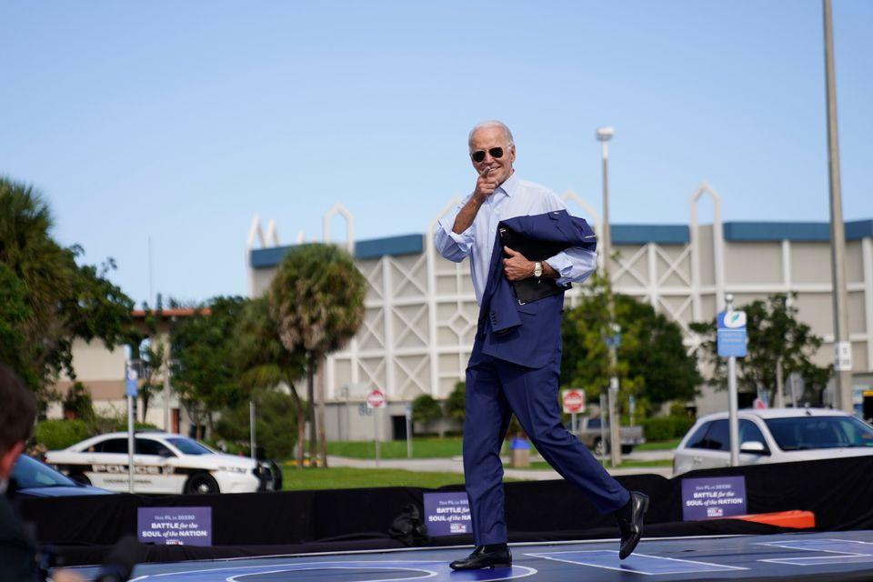 바이든 후보가 '드라이브 인' 유세를 위해 무대에 등장하고 있다. 코코넛크리크, 플로리다주. 2020년