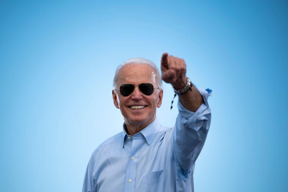 바이든 후보가 지지자들의 환호에 답하고 있다.코코넛크리크, 플로리다주. 2020년